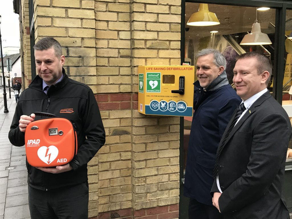 Lifesaving equipment for town centre thanks to fast food restaurant